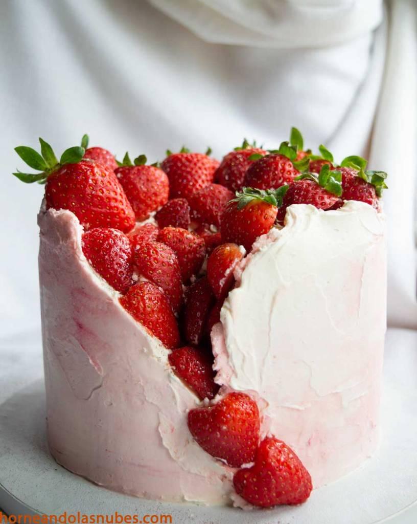Tarta de crema con fresas y chocolate blanco.
