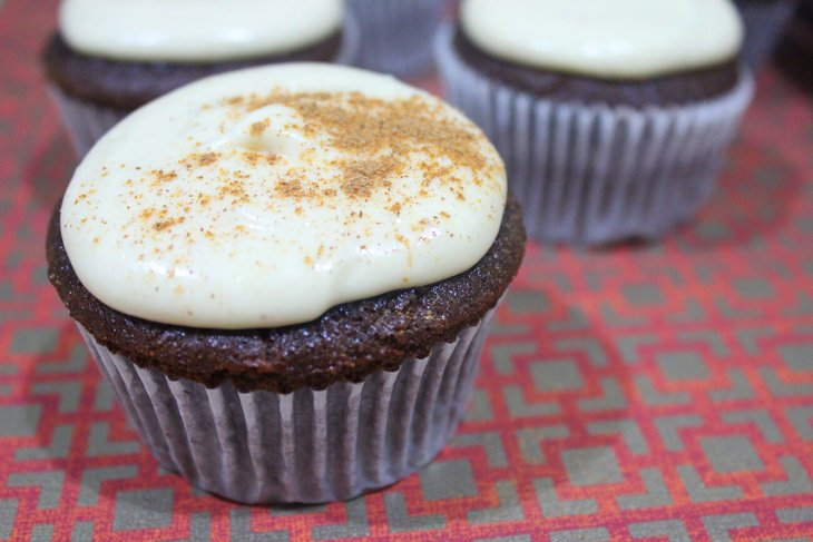 Receta de cupcakes de chocolate y chai con betún de queso crema