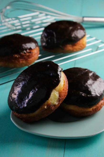 Donuts rellenos de crema con chocolate encima