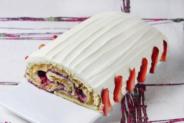 Berries cake roll