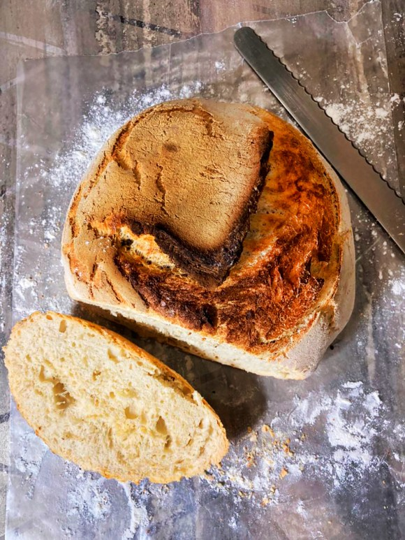 Pan casero sin amasar en olla de hierro