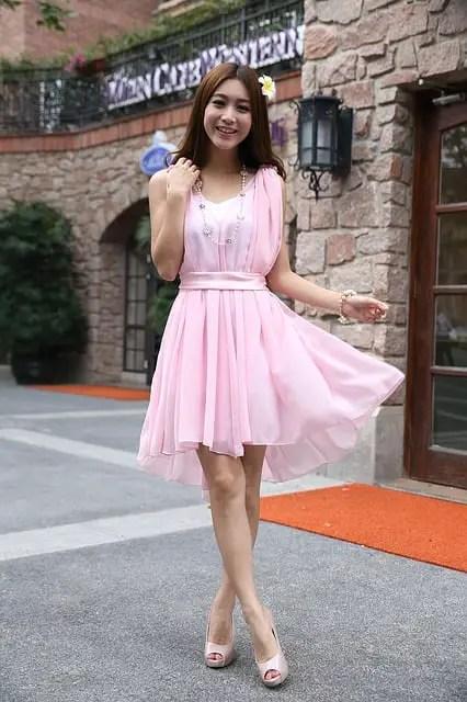 Soñar con mujer vestida de rosa