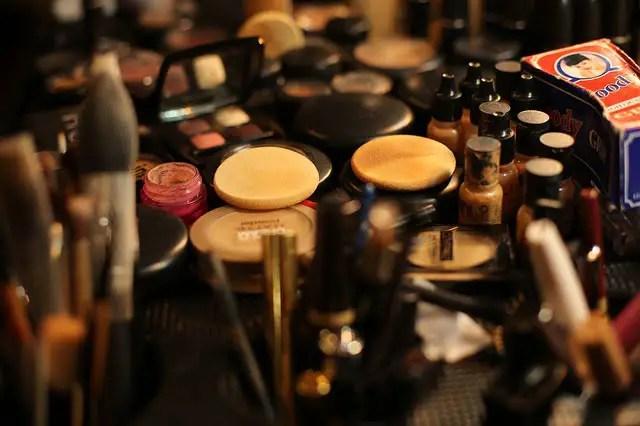 maquillarse y vestirse