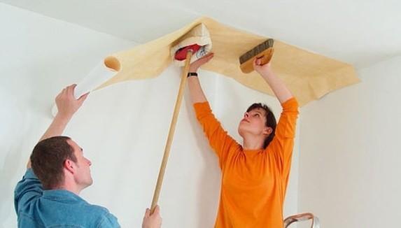 Как поклеить обои на потолок: пошаговое руководство