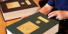 """لبناني يكتب القرآن بخط """"الديواني"""" المعقد"""