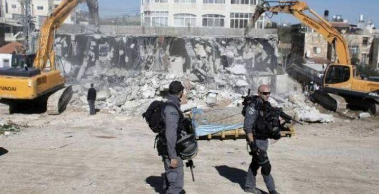 الاحتلال الإسرائيلي يهدم عمارة سكنية وسط الضفة الغربية