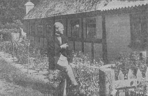 Postmester G. Ditlev Sørensen ved det hus, hvor hans oldeforældre boede fra 1852-53 til 1885. Det er flyttet et kort stykke vej, men ligger stadig tæt ved Vinten skov.