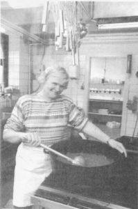 58-årige Emma Laursen har i 37 år arbejdet på hotellet i Smedegade. Hun startede som stuepige, nu er hun medejer og den, der står for kødgryderne. Foto: Lene Sørensen
