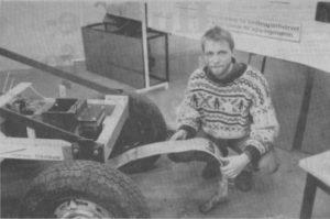 Mads Peter Jensen (billedet) har sammen med Ivan Schmidt produktudviklet en særlig harvetand med glasfiber-ophæng. Foto: Jan Høst-Aaris