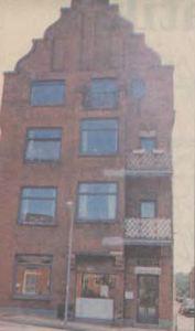 Store 70'er vinduer dominerede facaden, og man overså let de kønne detaljer, som ejendommen er »født med«.