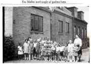 Fru Møller med nogle af gadens børn