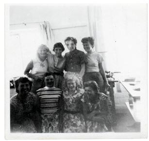 Bagerste række.: Lis Steen, Inger Johansen, Margit Sørensen, Kirsten Matz Forrest række.: nr.2 Birthe, nr. 3 Mie