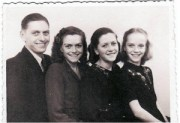 Lilli i sin andendagskjole, Åse, Margit og vores far