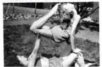 Her er det min søster Åse og mig, der gør akrobatik i haven