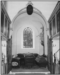 Kapellet i Vær kirke. Peder Griffenfelds kiste står i midten, tv. hans hustru Catarine Nansen, th. svigersønnen Frederik Krag og bagest datteren Charlotte Amalie Griffenfeld.