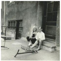 Min kusine Linda og jeg på trappestenen til nummer 28 B