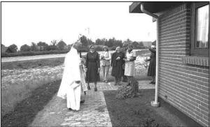 Biskoppen besøger Klosteret. Den 4.person th. er Benny Blumensaat.. (Billedet er venligst udlånt af Horsens Byarkiv fra Thuesens fotoarkiv).