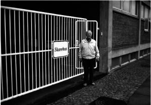 Helge Sand foran sin gamle arbejdsplads, det nuværende Skarehus, Bygaden 64, Stensballe. Foto 2004.