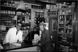 Købmand Hans Chr. Rasmussen i sin butik.