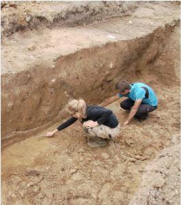 Figur 5. Arkæologerne oprenser sporene efter en stor nedgravning i det område, hvor der nu ligger en Fakta-butik