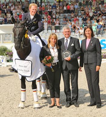 Pictured at the presentation with Matthias Alexander Rath and Totilas, is, from left, Sabine and Siegward Tesch, and ALRV board member Stefanie Peters.