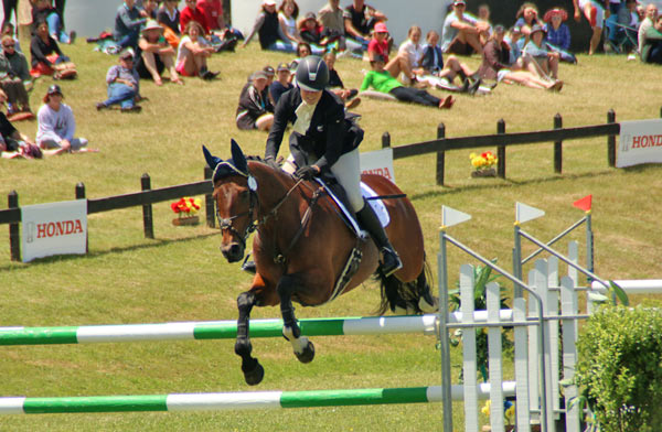 Virginia Thompson and Star Nouveau on their way to winning the CIC3* at Puhinui.