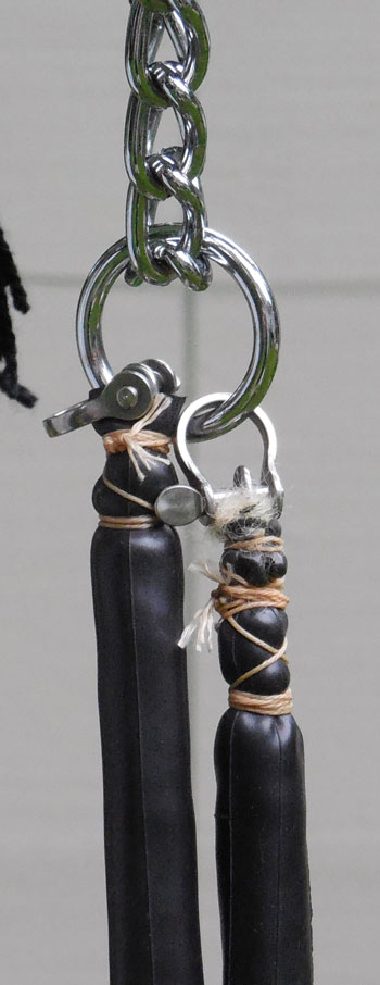 This photograph shows the detailing at the end of the reins. Fridtjof Hanson has since made two modifications. First, he no longer uses the small D shackles at the ends of the reins. He find 2cm-wide split rings perform better (and are much better). He also finds that the bridle performs better using a teardrop-shaped karabiner on the nose chain instead of a ring.