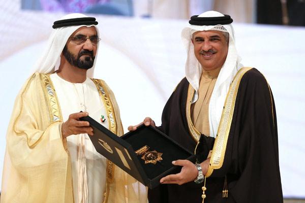 Sheikh Mohammed Bin Rashid Al Maktoum presents the Arab Administrator Award to Sheikh Khalid Bin Abdulla Al Khalifa of Bahrain.