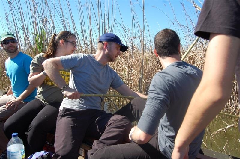 Més d'un centenar de joves voluntaris es concentren per a netejar l'Albufera (2/4)