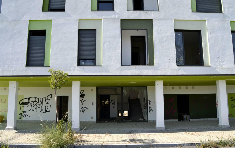 Muchos edificios tienen seguridad para evitar que roben los materiales. (M.Z.)