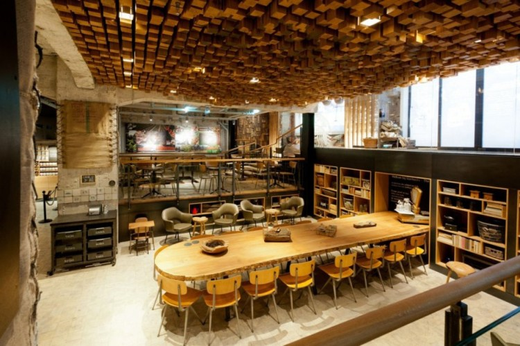 creative-coffee-shop-interior-design-with-artistic-wood-ceiling-decor-940x625