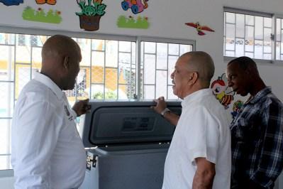 El Gerente del Hospital, Dr. Wilman Yurgaky, muestra los nuevos equipos al Isaias Chalá, Alcalde de Quibdó
