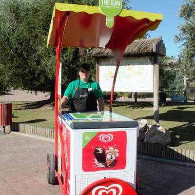 Unilever pone en las playas, parques y calles carritos de helados que utilizan energía solar para refrigerar los productos