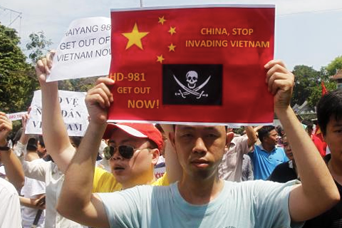 IMAGE_REUTERS_KHAM_MAY142014_PROTESTERS-HOLD-ANTI_CHINA-PLACARDS