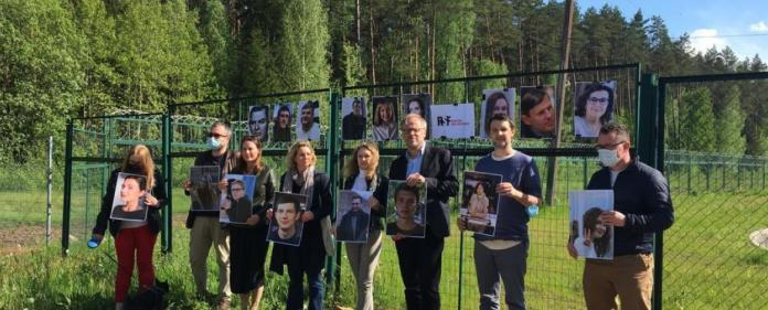 On May 27, twenty portraits of journalists locked up in Belarusian jails were brandished on the Lithuanian-Belarusian border by Belarusian, Lithuanian and French journalists. (credit: RSF)