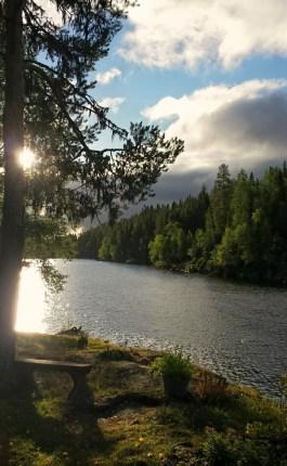 Bänken vid ån. Foto Stilla Dagar