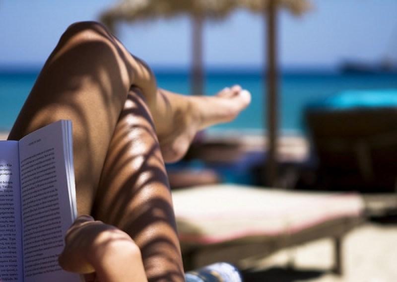 10 trucos para sentirte de vacaciones en tu vida diaria - beach-book-girl-ocean-reading-sea-favim.com-61204