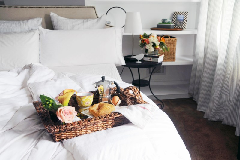 10 trucos para sentirte de vacaciones en tu vida diaria - breakfast-in-bed-1
