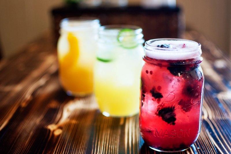 10 trucos para sentirte de vacaciones en tu vida diaria - joe-s-mason-jar-cocktails-jpg-20130506