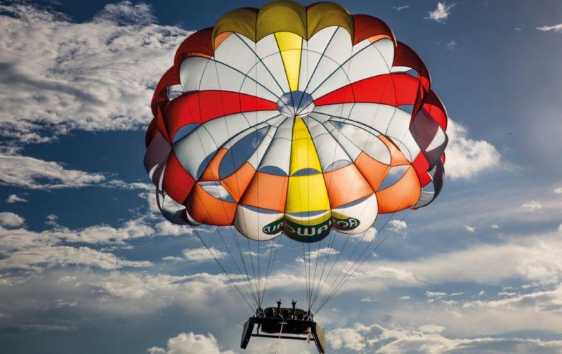 Dr. Sonrisas, la felicidad es la mejor medicina - Dr-Sonrisas-Volando-en-paracaídas