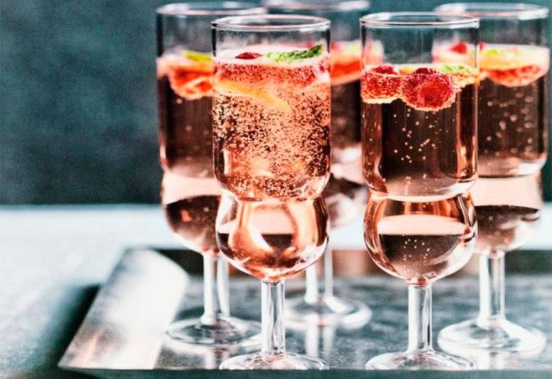 Los mejores cocteles para servir durante tus fiestas navideñas - Rosé-raspberry-mint-fizz