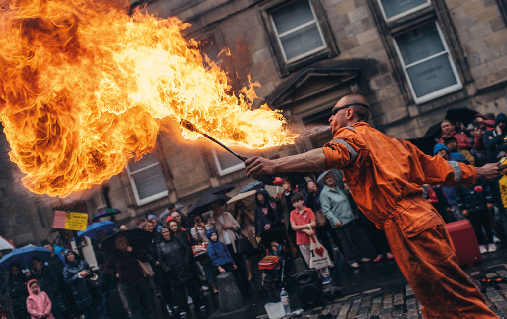 Edimburgo, 70 años de alta y baja cultura - Street performance man with fire
