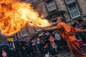 Edimburgo, 70 años de alta y baja cultura - Street performance man with fire