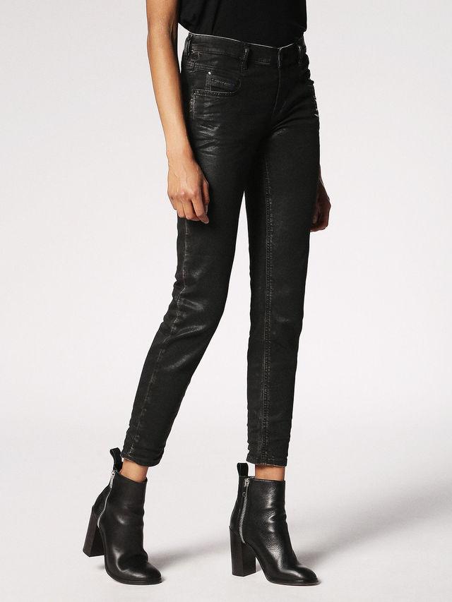 Outfit del mes: vístete cool para el aeropuerto - 3.-Jeans-Diesel