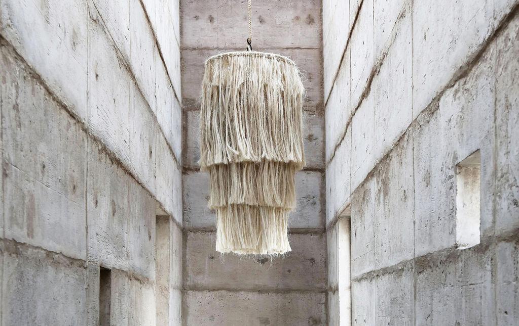 Namuh, casa de diseño y decoración - candelabro namuh blanco de flecos