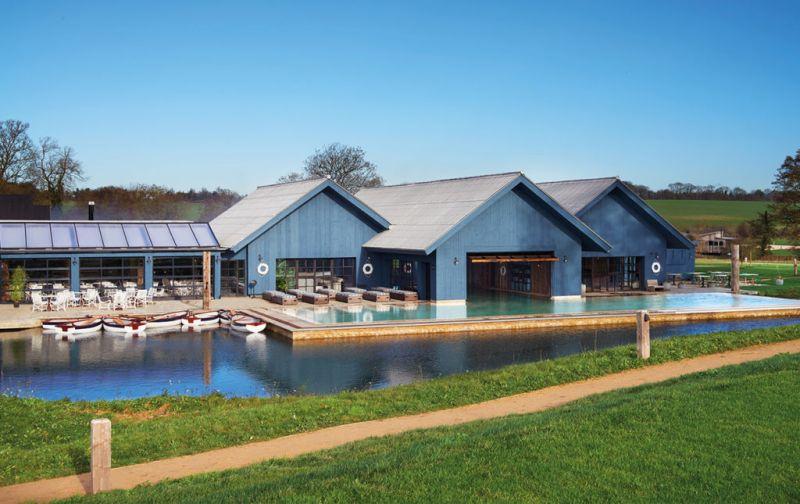 Soho Farmhouse, tu casa en el countryside inglés - soho-farm-house-boathouse-exterior