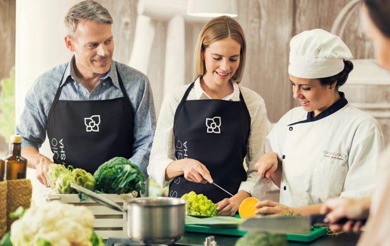 SHA, una clínica de bienestar en España - cocina-chef-personas-aprendiendo-clase