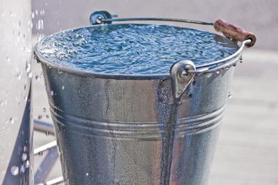 Tips para reducir el consumo de agua en casa - cubeta-de-agua