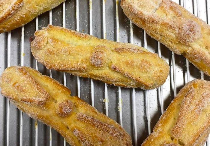 Nuevas versiones de pan de muerto para probar esta temporada - eclair-de-pan-de-muerto-relleno-de-dulce-de-leche-vocca-reposteria