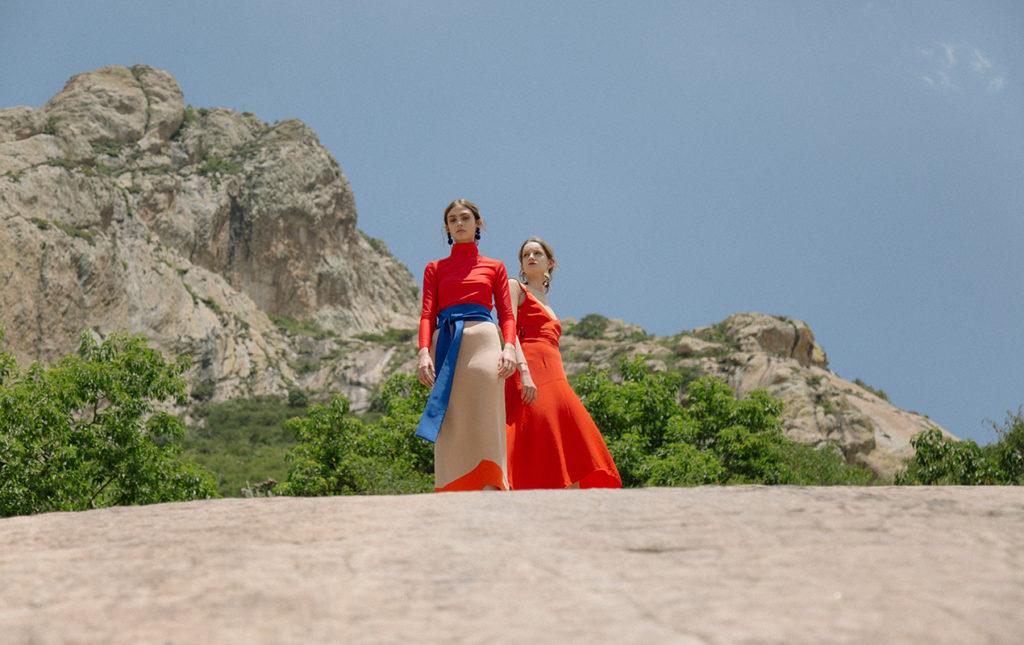 Monolitus, entre el hombre y la naturaleza - moda modelos ropa colores accesorios